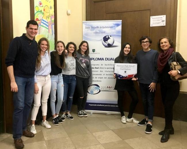 A la imatge, Academica fa entrega de la nova placa distintiva a alguns dels alumnes de 4t d'ESO que participen al Programa Dual